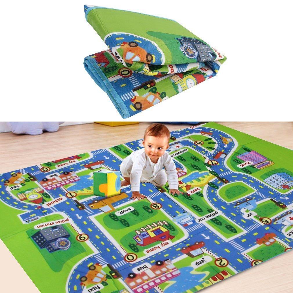 For anak bermain mainan merayap Mat anak-anak dalam mengembangkan karpet bayi di busa permadani